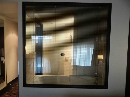 Hotel Le M: Looking into the bathroom