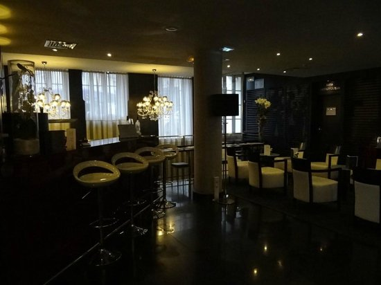 Hotel Le M : Bar area adjacent to recpetion