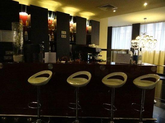 Hotel Le M : The bar, mix of Paris meets Miami