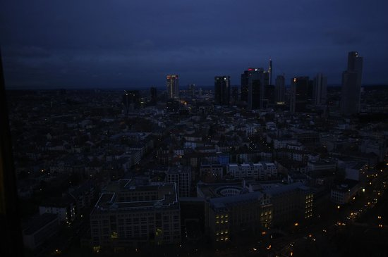 Frankfurt Marriott Hotel: Aussicht aus dem Fenster bei Dämmerung