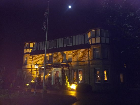 Haley's Hotel and Restaurant: Haleys at night.