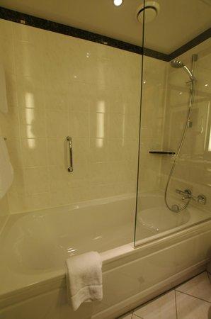 Frankfurt Marriott Hotel: Badewanne mit Duschglas