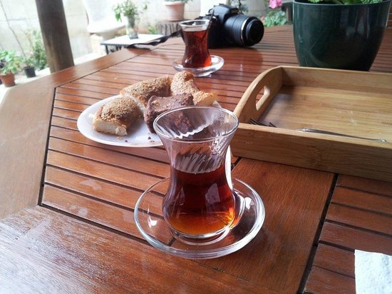Ali Bey Konagi : tea and simit provided while we waited for our rooms