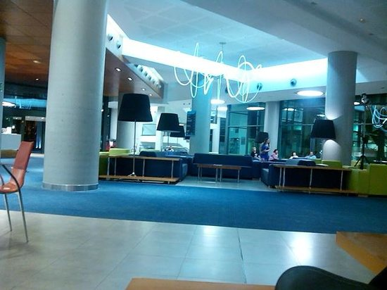 Hotel Deloix Aqua Center: entrada y recepción con luces esectaculares