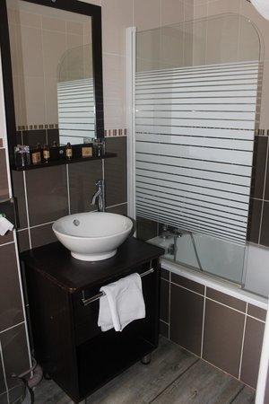 Comfort Hotel d'Angleterre: Salle de bain baignoire