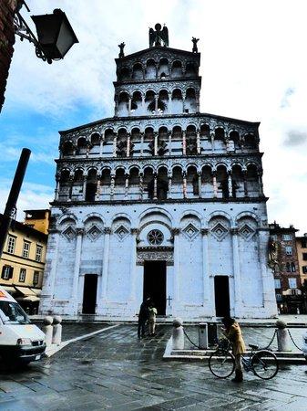 Lucca in Azzurro : Fachada impresionante de una de sus numerosas iglesias