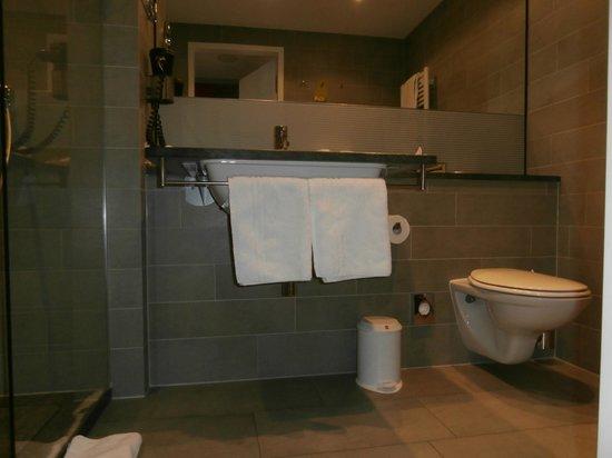 Hilton Garden Inn Stuttgart NeckarPark : tolles, großes Bad