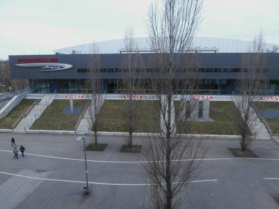 Hilton Garden Inn Stuttgart NeckarPark : Aussicht aus dem Fenster - Porschearena