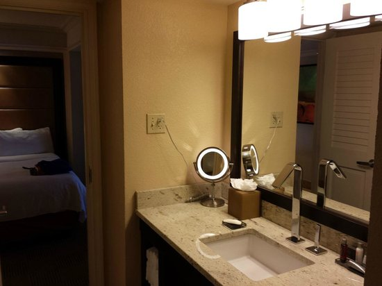 Orlando World Center Marriott : Executive Suite RM 21253 Bathroom separate doored entries from bedroom and foyer