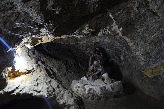 Mina La Valenciana : Interior de la mina con monumento a los trabajadores.