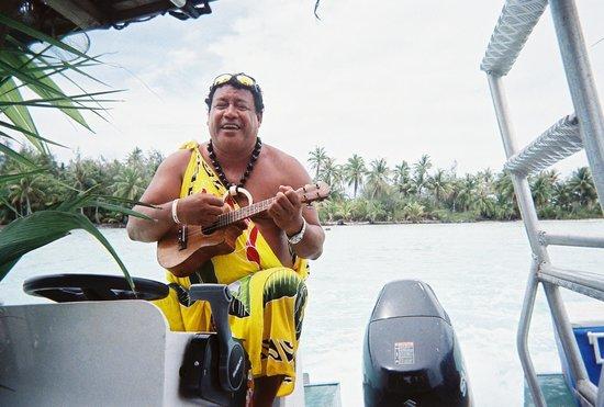 Maohi Nui : playing the ukelele :)