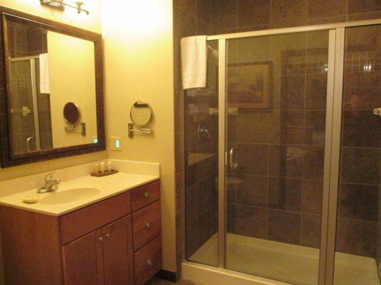 Wyndham Vacation Resorts Glacier Canyon: Master bathroom