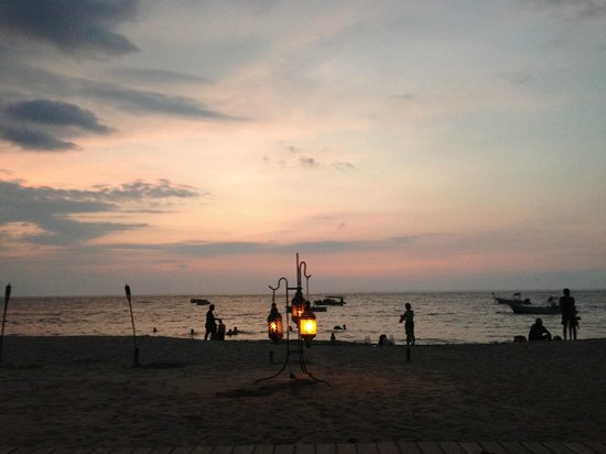 La Palapa: Sunset view from our beachside table. Great people watching!