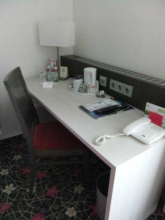 Hotel Mirabell: Desk - Bedroom