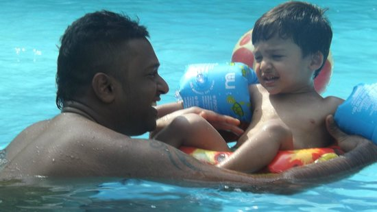 Suhada Villa: Fun at the pool