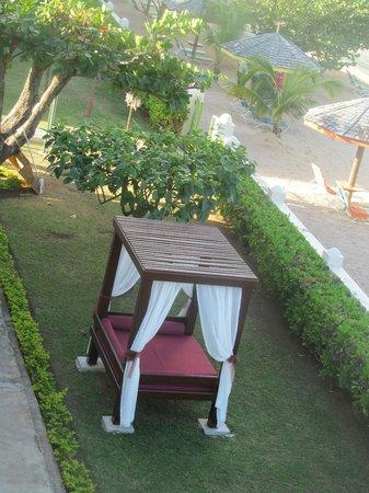 Bay Gardens Beach Resort: garden next to beach