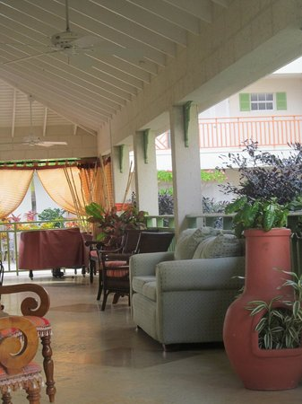 Bay Gardens Beach Resort: Front patio