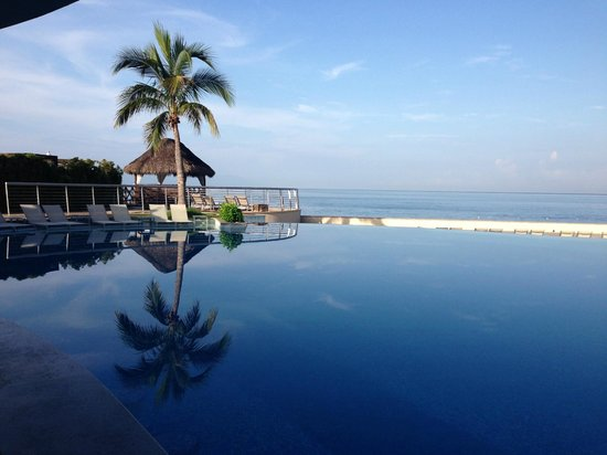 Sunset Plaza Beach Resort & Spa: infinity pool (hotel provides towels)