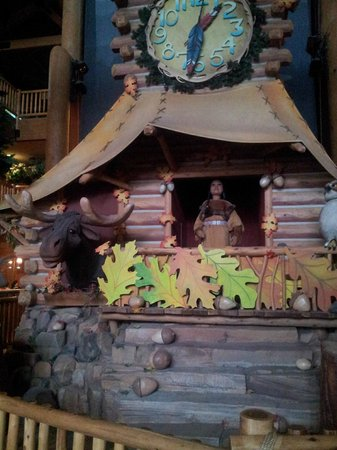 Great Wolf Lodge : Lobby area with some of the animatronic characters