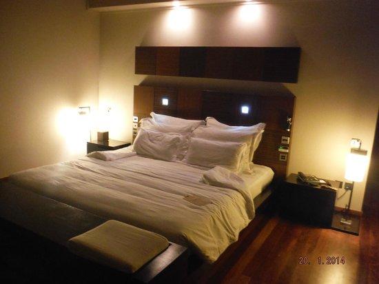 Veligandu Island Resort & Spa: Our room at night