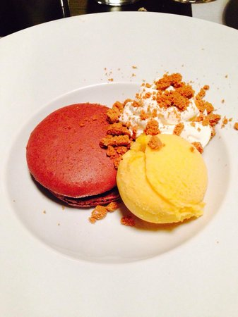 Auberge du Griffou : Macaron chocolat tiède et sorbet à la mandarine