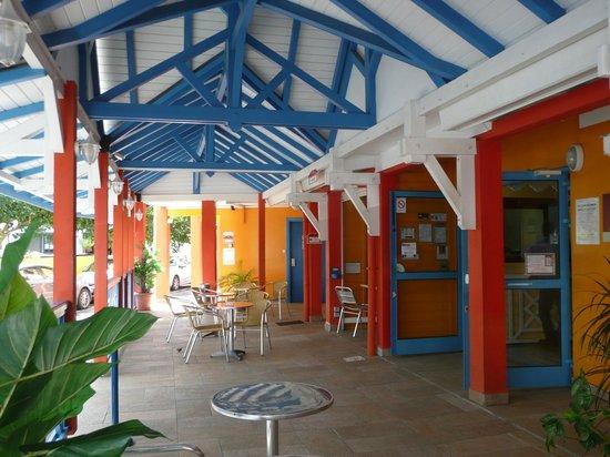 KARAIBES HOTEL : Entre, veranda och frukostmatsal
