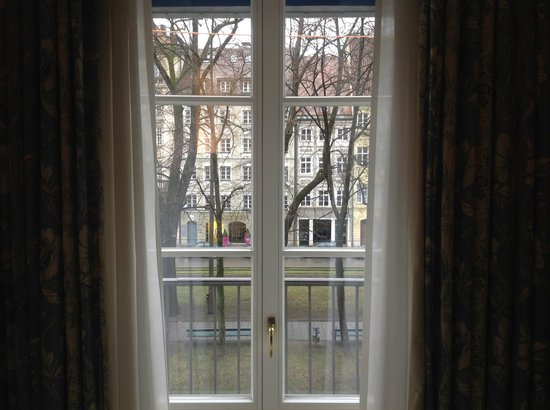 Bayerischer Hof Hotel: Blick durch das Fenster