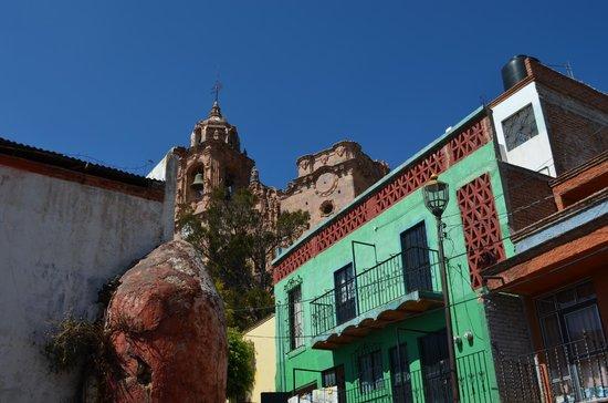 Templo La Valenciana : Vista desde un costado y camino a la Mina La Valenciana