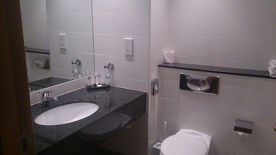 Cork International Hotel: Salle de bain niquel