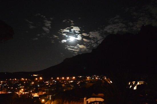 Balfour Place Guesthouse : Blick auf den Tafelberg bei Nacht