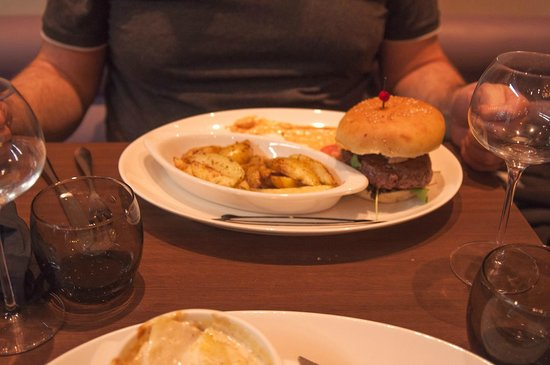 Le Vingt4: Burger and Chips, you can't beat it.