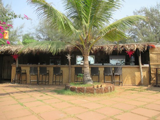 Chalston Beach Resort : Restaurant by the beach