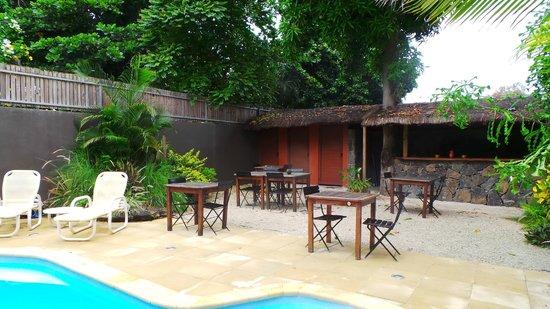 Sous Le Badamier : terrasse piscine