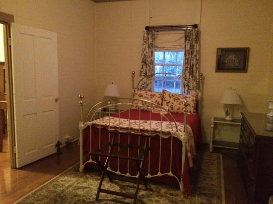 Oak Alley Plantation : Bedroom in Cottage #4 with full