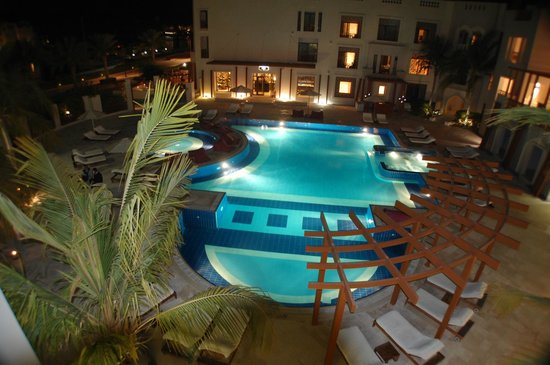 Sifawy Boutique Hotel: The pool at night