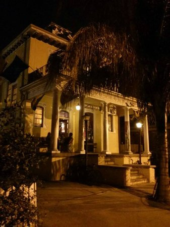 India House Hostel : from outside, a perfect example of new orleans