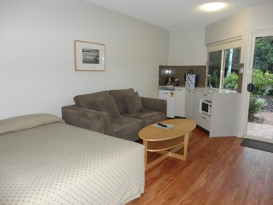 Noosa Sun Motel & Holiday Apartments: Living room/kitchen