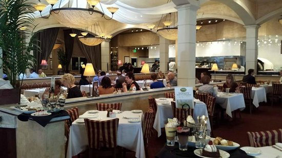 BRIO Tuscan Grille: Love the open air atmosphere and huge ceilings!