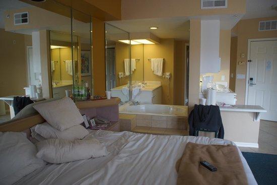 Westgate Lakes Resort y Spa: bedroom and bathroom
