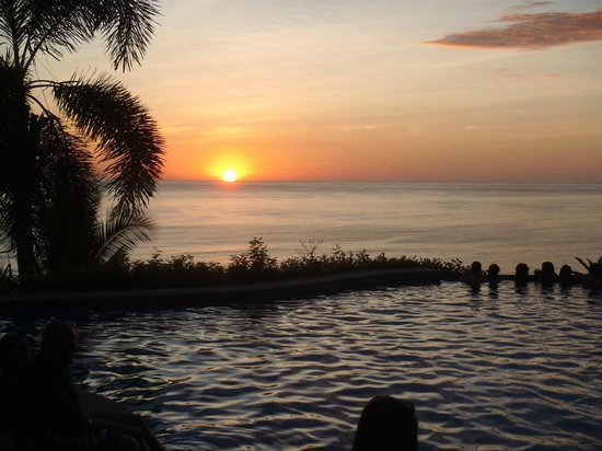 Hotel Vista de Olas: The sunset by pool