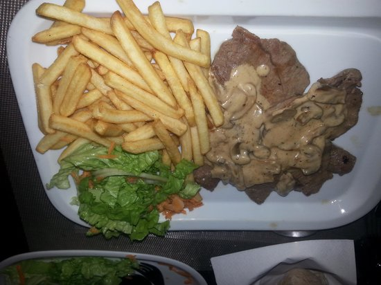 Albufeira Jardim - Apartamentos Turisticos: steak in mushroom sauce. melts in the mouth