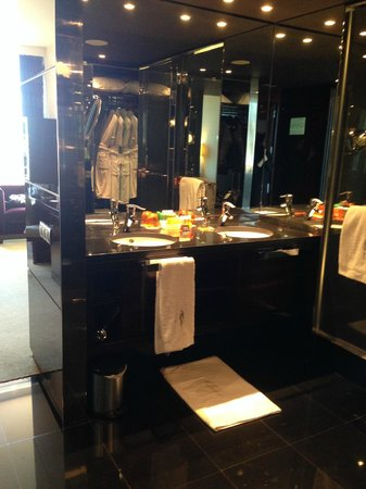 NH Collection Barcelona Tower : Bathroom