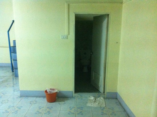 D's Corner & Guesthouse : Shared (dirty) bathroom entrance