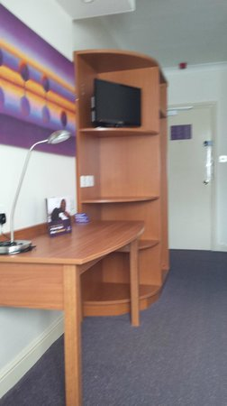 Premier Inn Northampton South (Wootton) Hotel: Tv and desk
