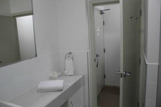 The Coast Motel: Spotless bathroom