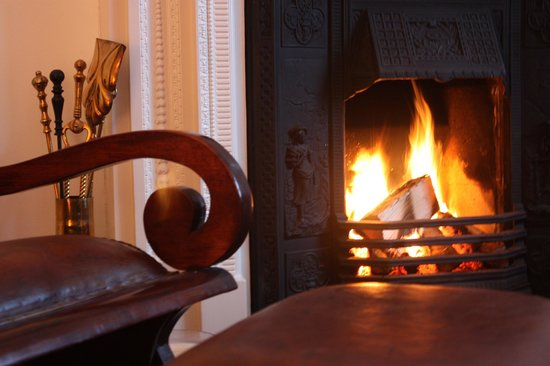 Brecklate B&B: Log fire in the guest sitting room.