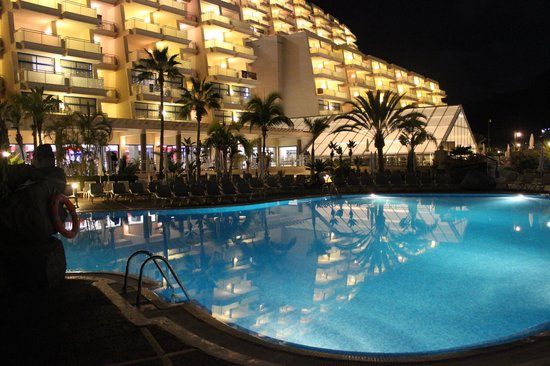 Taurito Princess: Hotel front and pool by night