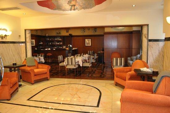Britania Hotel: Lobby & Bar/lounge area