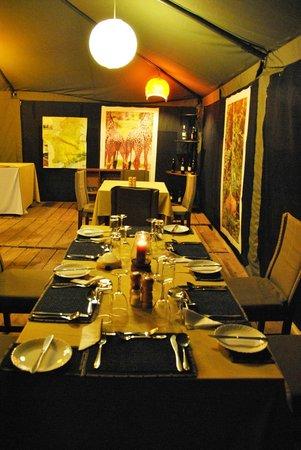 Ang'ata Camp Serengeti: Tavola imbandita nella tenda-ristorante