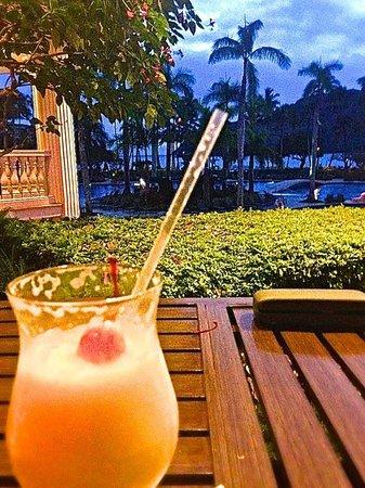 Kaua'i Marriott Resort : Cocktail overlooking the pools and ocean harbor